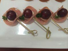 Uvas com peito de peru e creme de queijo. #CaptainsBuffet#wedding #casarnapraia#casarembuzios#eventoscorporativos#buziosmarriage #buzios #buffet