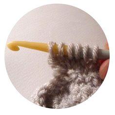 Voici comment réaliser le point de noisettes au crochet. Sur la chaînette de base : crocheter tout le rang en mailles serrées. 2ème rang : – 1 maille en l'air pour tourner, 1 maille ser…
