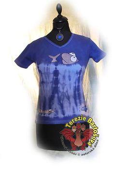 TRIKO NA RYBY PRO DÁMY Velikosti: S, M, L, XL, XXL Barva: modrá batika Technika: ruční zpracování batika + kresba Složení: 100% bavlna Střih: klasický krátký rukáv MOŽNOSTI OBJEDNÁNÍ VOLITELNÝCH VELIKOSTÍ Wetsuit, Swimwear, Fashion, Atelier, Scuba Wetsuit, Bathing Suits, Moda, Swimsuits, Diving Suit