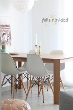 mesa madera y sillas blancas