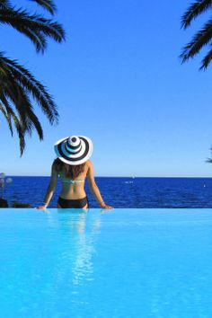 Sea view pool in the South of France #essenzadiriviera | www.varaldocosmetica.it/en