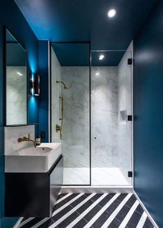 Worrell Yeung updates apartment in former Manhattan hotel Wc Bathroom, Modern Bathroom Design, Bathroom Interior Design, Home Interior, Decor Interior Design, Small Bathroom, Bathroom Flooring, Bad Inspiration, Bathroom Inspiration