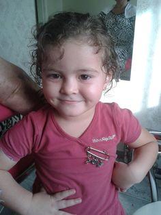 É uma bonequinha a Elena, fazendo pose.