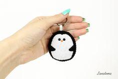 Pinguino portachiavi in feltro fatto a mano, amante animali, regalo compleanno amica sorella, accessorio per borsa, tenero divertente by Lanatema on Etsy