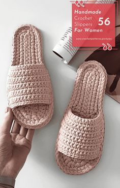 Would you walk home in the winter with modern handmade crochet slippers? If yes, just look at this page to look at designs with great patterns. Crochet Snowflake Pattern, Crochet Slipper Pattern, Knitted Slippers, Crochet Slippers, Knitted Bags, Crochet Yarn, Crochet Patterns, Loom Knitting, Knitting Socks