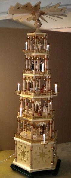 Richard Glässer Pyramide Christi Geburt, elektrisch beleuchtet und betrieben, Höhe 2,65m