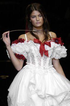 Isabeli Fontana at Dolce & Gabbana Spring/Summer 2006 Isabeli Fontana, Most Beautiful Models, Beautiful Outfits, Beautiful Clothes, Love Fashion, High Fashion, Formal Fashion, Milan Fashion, Fashion Ideas