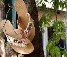Χειροποίητα νυφικά σανδάλια από εκρού δαντελα, πέρλες και μπεζ,ροζ τριαντάφυλλα Palm Beach Sandals, Leather Sandals, Bride, Fashion, Wedding Bride, Moda, Bridal, Fashion Styles, Fashion Illustrations