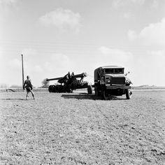 Artillerister med en 203 mm haubits