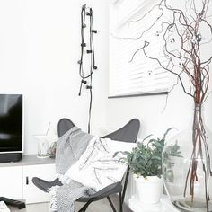#kwantuminhuis Lichtsnoer HELDER > https://www.kwantum.nl/verlichting/hanglampen en vlinderstoel ALBA > https://www.kwantum.nl/meubelen/stoelen @living.rid