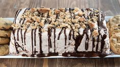 Icebox Cookie Cake With Chocolate Chip Cookies, Hot Fudge Topping, Frozen Whipped Topping Good Desserts To Make, Ice Cream Desserts, Köstliche Desserts, Frozen Desserts, Summer Desserts, Delicious Desserts, Dessert Recipes, Frozen Treats, Impressive Desserts