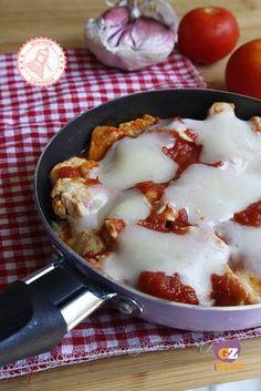 PETTO DI POLLO ALLA PIZZAIOLA ricetta veloce No Salt Recipes, Keto Recipes, Chicken Recipes, Food Fantasy, Fish And Meat, Meal Planner, Spaghetti, Good Food, Food And Drink