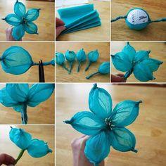 Para hacer esta flor necesitarás 5 piezas rectangulares de papel de seda en cualquier color. Una pelota de de un tamaño tipo golf, algunos estambres de plástico, un trozo de alambre y cinta. Prime...