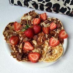 Wir präsentieren euch eine leckere Pancake-Variante mit Bananen und Hüttenkäse. Bon Appetit!