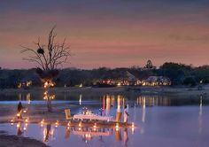 Dinner auf dem See in der Chitwa Chitwa Lodge inmitten des Sabi Sand Private Game, Südafrika