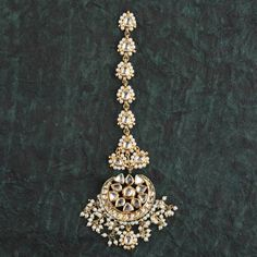 This Kundan maang tikka comes witha lot of pearls and is a perfect traditional ethnic piece. Wedding Jewellery Designs, Indian Jewellery Design, Indian Jewelry, Wedding Jewelry, Jewelry Design, Tika Jewelry, Jewelery, Gold Jewelry, Maang Tikka Kundan