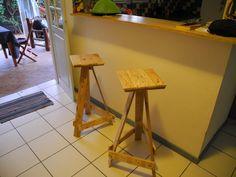 Deux tabourets hauts pour un comptoir, réalisés à la Martinique pour la famille. Hauteur: 75 cm Assise: 30/30 cm