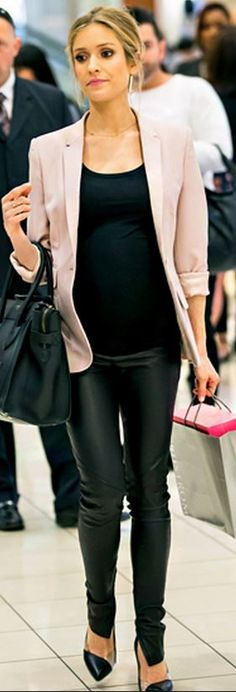 Who made  Kristin Cavallari's black tote handbag and black pumps that she wore in Las Vegas?