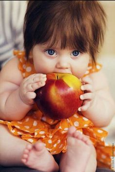 Cute baby girl with her apple Cute Little Baby, Baby Kind, Cute Baby Girl, Baby Love, Cute Babies, Chubby Babies, Precious Children, Beautiful Children, Beautiful Babies