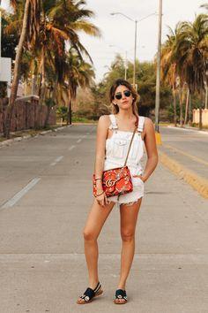 Este look de Fer Medina es perfecto para verano, además de super trendy: overall denim blanco con bolsa de flores Gucci y sandalias negras. Ideal para pasear por la ciudad el fin de semana.