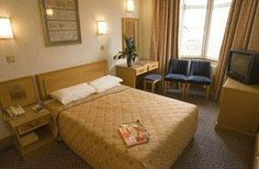 The Hotel President Russell Square London offers a convenient 24-hour reception as well as room service, a currency exchange and a car renta...