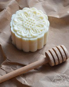 Solid shampoo with honey - DIY- Shampooing solide au miel – DIY Solid Honey Shampoo – DIY Shampoo Diy, Honey Shampoo, Solid Shampoo, Homemade Shampoo, Homemade Facials, Homemade Baby, Beauty Care, Diy Beauty, Beauty Hacks