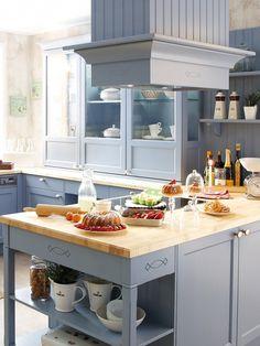 Landhausküchen Bestechen Jedes Designliebhaber Herz Mit Ihrer Optik. Ein  Helles Achatblau Setzt Romantische Akzente