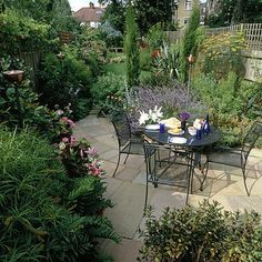 Traditional garden with #patio dining area. #outdoorliving #GreatBritain