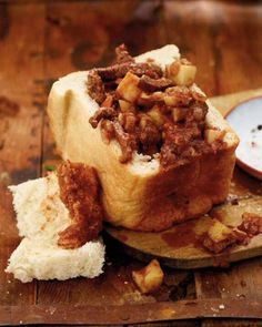Bunny chow - favorite indian fast food, consisting of tasty curry in a quarter or half loaf of bread. Bread absorbs the gravy and makes a tasty meal for the brave souls who like spicy hot food Braai Recipes, Cooking Recipes, Meat Recipes, Salad Recipes, Recipies, Kos, Indian Fast Food, Good Food, Yummy Food
