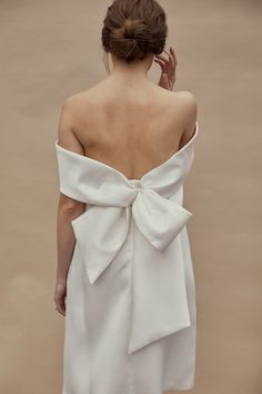 The new Little White Dress by Amsale collection has arrived! Take a look at what the latest Amsale bridal capsule collection has in store. Elizabeth Fillmore, Minimalist Wedding Dresses, White Wedding Dresses, Wedding Dress Bow, Wedding Bells, White Weddings, Backless Wedding, Grace Loves Lace, Amsale Bridal