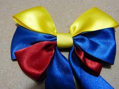 como hacer moños en cinta tricolor para el cabello  No 168 Manualidadesl... Ribbon Hair Bows, Headband Hairstyles, Flowers In Hair, Headbands, Handmade, Crafts, Videos, Youtube, Christmas Things