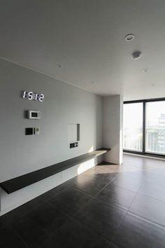 모던 심플한 느낌의 25평 인테리어 : 홍예디자인의 거실 Studio Interior, Apartment Interior, Interior Design Living Room, Living Room Designs, Simple Cafe, Living Room Shelves, Kitchen Cabinets Decor, House Wall, Japanese House