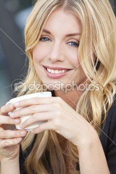 Красивая блондинка женщина пить кофе — Стоковое изображение #6479729
