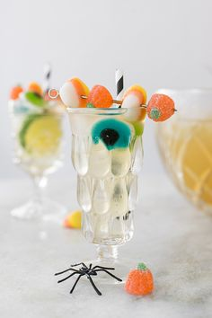 Monster Mash Lemongrass Party Punch - Although this cocktail looks extra sugary and spooky, it's actually a lemongrass tea-based cocktail punch that's not overly sweet! Happy Halloween, Halloween Punch, Halloween Cocktails, Halloween Cupcakes, Halloween Party Decor, Halloween Candy, Diy Halloween, Halloween Table, Holiday Cocktails