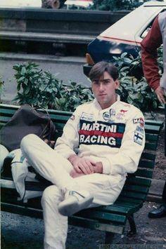 Henri Toivonen Foto en Plaza Catalunya de Barcelona 1985 (Spain). 21º Rallye Catalunya 1985. Lancia Rally 037. Abandonó por accidente en SS3 Font de L´Olla, tramo Estenalles. Último Rally co-pilotado por Juha Piironen. En este Rally tenía que competir con el Lancia Delta S4, pero los papeles de homologación no llegaron a tiempo.
