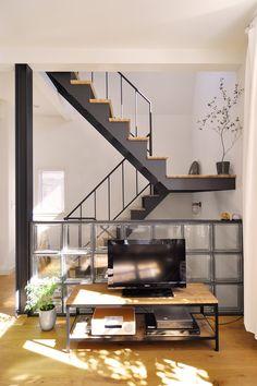 剛史さんは、ソファに座ってガラスブロックと階段を眺めるのがお気に入り。