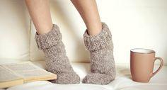 7 astuces pour ne plus avoir froid aux pieds en hiver Plus Jamais, Leg Warmers, Slippers, Legs, Shoes, Fashion, Cold Feet, Winter, Fashion Styles