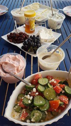 4 Portionen Zubereitungszeit: 20 Minuten   1 großer Salat 1 Salatgurke 2 Paprikaschoten 600 g Fleischtomaten 2 Zwiebeln 3 Eier 1 Bund Petersilie 250 g griechischer Schafskäse 150 g schwarze Oliven 2 Zitronen Salz Pfeffer 6 EL Olivenöl 2 EL Oregano   Den Salat zerpflücken, waschen und trocken schleudern. Die Salatgurke schälen und in größere Würfel schneiden. Die Paprikaschoten  waschen, entkernen und in Stücke schneiden. Die Fleischtomaten waschen, achteln und den Stielansatz entfernen. Alles zu Caprese Salad, Food, Cooking, Mediterranean Style Kitchen Designs, Metabolic Diet, Essen, Meals, Yemek, Insalata Caprese