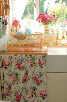happy little kitchen, I want this instead of doors on the cabinets under the sink!