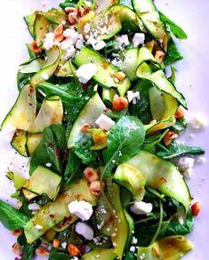 Salade courgettes - pousses d'épinard - fêta et noisettes