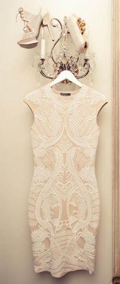 McQueen-KJOLEN. - Jeg har selv en kjole fra McQueen (ikke den viste) og jeg er vild med ærmerne og formen. Brudekjolen skal bare være lang.