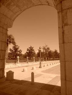 Avenida de Palacio, desde un arco de los soportales entre Palacio Real y Casa de Oficios.