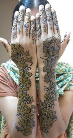Viji black and normal mehandi design Black Mehndi Designs, Arabian Mehndi Design, Latest Arabic Mehndi Designs, Full Hand Mehndi Designs, Beginner Henna Designs, Bridal Henna Designs, Mehndi Design Pictures, Latest Mehndi Designs, Simple Mehndi Designs