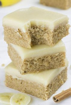 Banana Bread Blondies - Chocolate Dessert Recipes - OMG Chocolate Desserts If you love banana bread, but blondies as well, you must try this easy Banana Bread Blondies recipe. With sweet browned butter frosting they are over the top! Banana Dessert Recipes, Oreo Dessert, Healthy Dessert Recipes, Brownie Recipes, Dessert Bars, Easy Desserts, Delicious Desserts, Banana Recipes Easy, Quick Desert Recipes