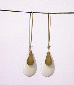 Boucles d'oreille sequin émaillé goutte écru : Boucles d'oreille par les-bijoux-de-circe