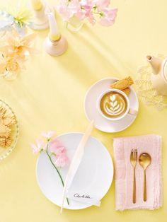 Zur Teestunde mit Mama passt der federleicht und zart dekorierte Tisch mit Blüten aus der Natur – und aus Papier.