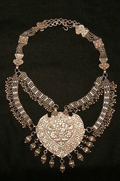Joias Étnicas... Antigo colar em Prata com um ornamento na forma de coração, Índia.