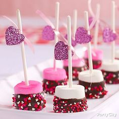Share the love with Valentine's Day treats! This irresistible candy and treats buffet will be the darling of your Valentine's Day party. Valentines Day Desserts, Valentine Treats, Valentines Day Party, Valentine Day Crafts, Holiday Desserts, Holiday Treats, Holiday Parties, Cute Marshmallows, Marshmallow Pops