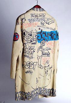 comportamento Sketchy: Rico Espinet, l'ex direttore di scena della leggendaria discoteca anni '80 Danceteria, ha chiesto uno degli operatori ascensore di utilizzare la giacca come una tela bianca per gli ospiti famosi a firmare
