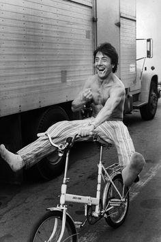 """1976. Moment de détente pour Dustin Hoffman sur le tournage du film """"Marathon man"""" de John Schlesinger . La fameuse scène de torture ou Laurence Olivier transperce une dent de Dustin Hoffman a été écourtée à la projection test , car l'assistance fut très choquée . Photo : Michael Childers / archives Paris Match/ Corbis."""
